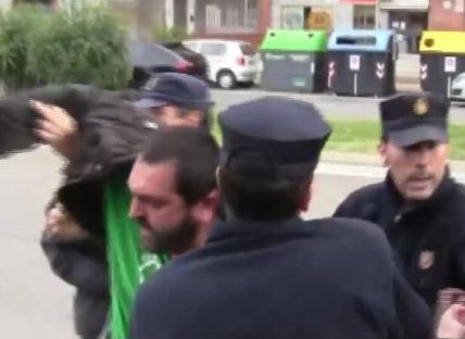 Un maestro es detenido por la Policía al defender la Educación Pública en Zaragoza