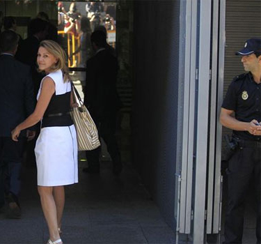 """Cospedal acusa a Rajoy de crear el """"contrato en diferido"""" para Bárcenas"""