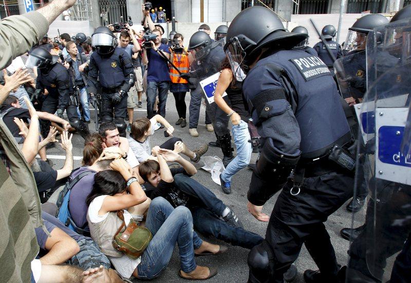 El juez absuelve al único enjuiciado por las cargas policiales de Plaça Catalunya