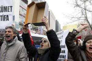"""Erdogan amenaza con """"romper las manos"""" a quienes investiguen la corrupción de su Gobierno"""