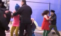 Integrantes de Pussy Riot han sido atacadas a latigazos por cosacos rusos