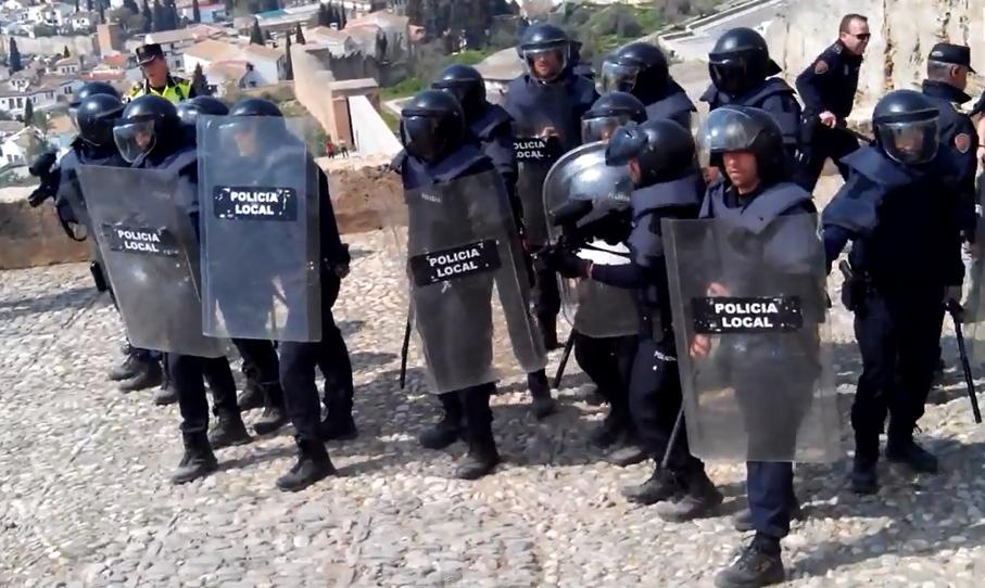 La Policía de Granada desaloja violentamente a familias sin recursos que vivían en las cuevas de San Miguel