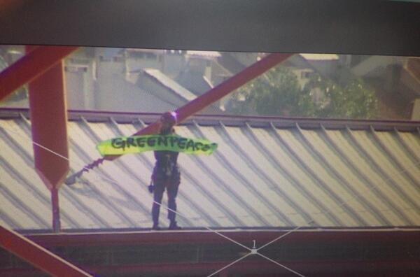 Detenidos 10 activistas de Greenpeace en la final de la Champions al intentar desplegar una pancarta sobre el estadio