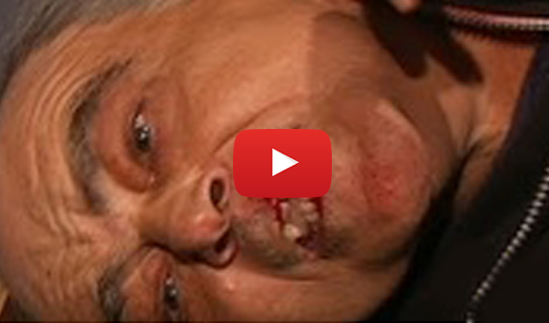 Vídeo: Militantes del PP agreden a un anciano de la PAH por mostrar una pancarta