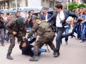 Turquia_AccidenteMina_ManifestantePatada
