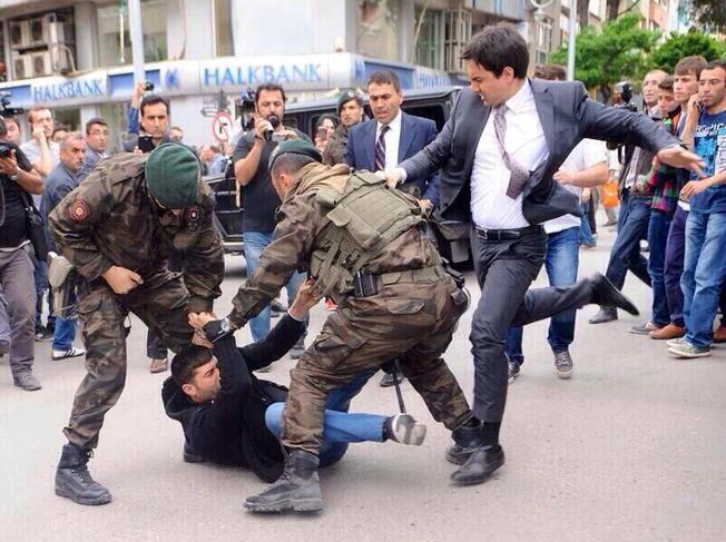Turquía: un asesor de Erdogan patea a un manifestante de Soma en el suelo