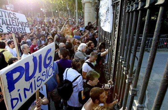 """Absueltos los 19 activistas del 15M juzgados por el """"Paremos el Parlament"""" catalán"""