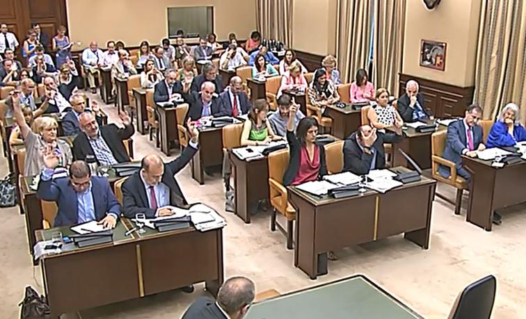 El PP aprueba en solitario el 'Canon AEDE' imponiendo su mayoría absoluta en pleno verano