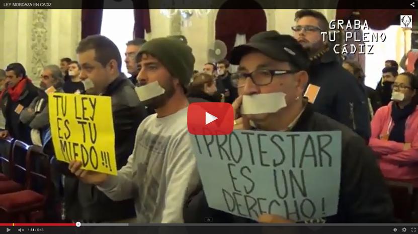 """(Vídeo) Desempleados toman el Pleno de Cádiz contra el PP al grito de """"no nos representan"""""""