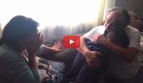 (Vídeo) Regala a sus padres el pago de la hipoteca por Navidad y se convierte en viral en Youtube