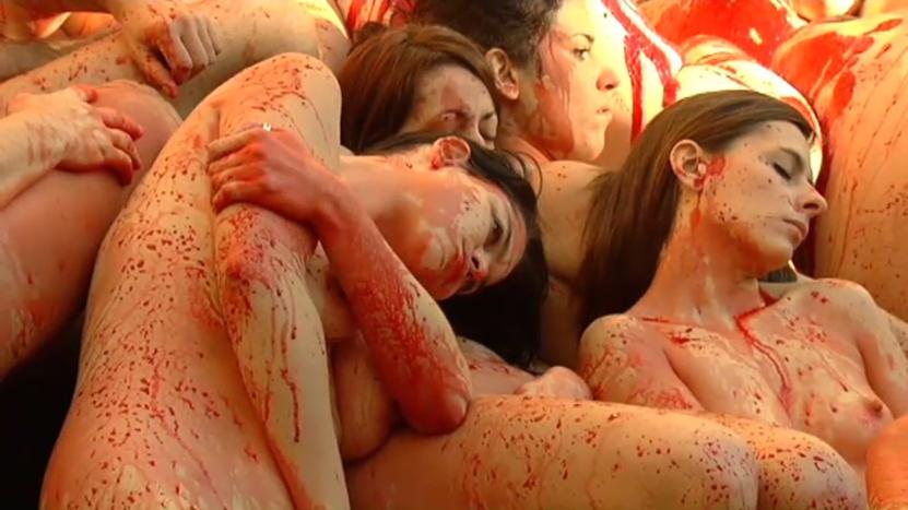 Un centenar de personas se desnudan en Barcelona contra la industria peletera
