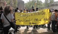 Miles de personas rodean el Parlament catalán en apoyo a los condenados del 15M