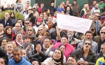 Alcalá se levanta contra los políticos: protestas vecinales por la muerte de la familia que subsistía con alimentos caducados