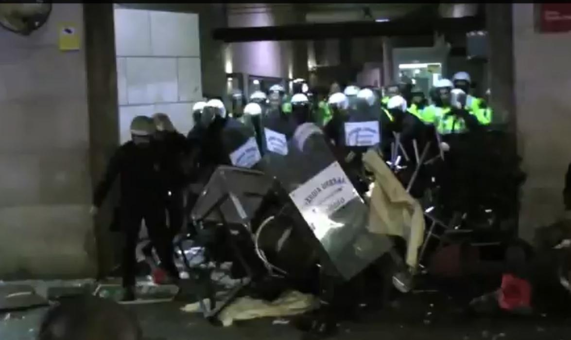 Ataque a la Guardia Urbana en Barcelona tras la manifestación en apoyo a Gamonal