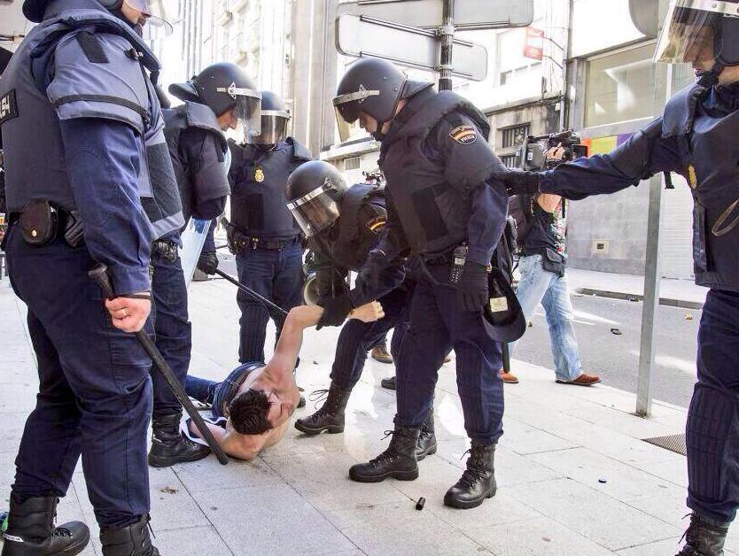 La Policía carga contra pescadores, preferentistas y políticos de la oposición frente al Parlamento Galego