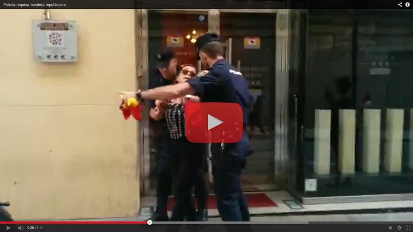Vídeos: La Policía impide los símbolos republicanos en el desfile de Felipe VI