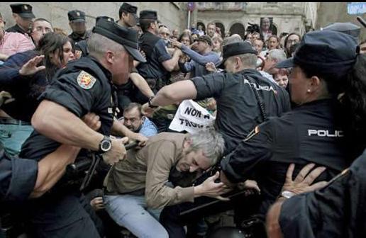 Cargas policiales en Santiago mientras Rajoy prometía más recortes públicos