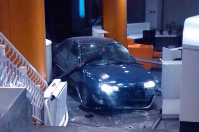 En prisión sin fianza el hombre que estrelló su coche contra la sede del PP