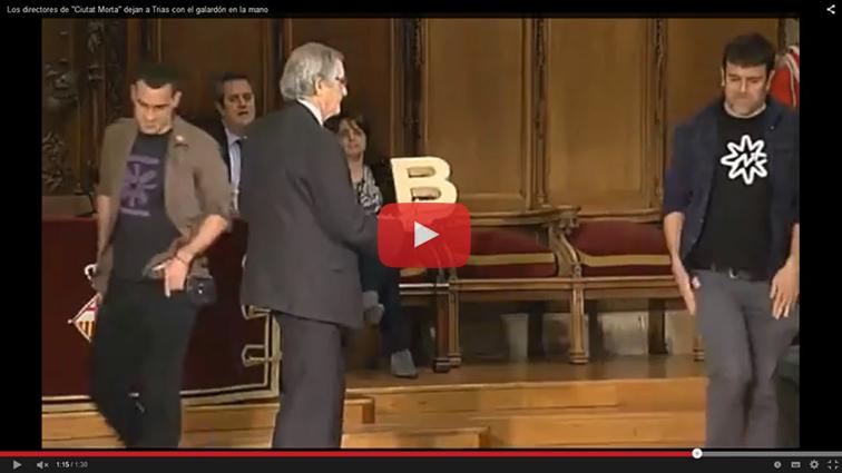 (Vídeo) Los directores de 'Ciutat Morta' plantan al alcalde de Barcelona en la entrega de un premio